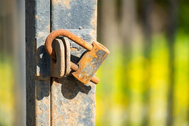 在用腐蚀报道的门的挂锁 图库摄影