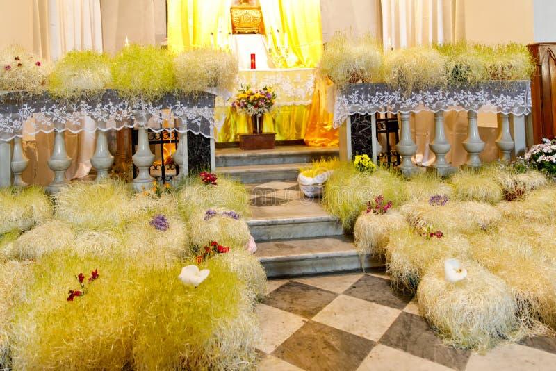 在用花装饰的意大利教会里修改为复活节假日 天主教会在利古里亚地区 r 免版税库存照片