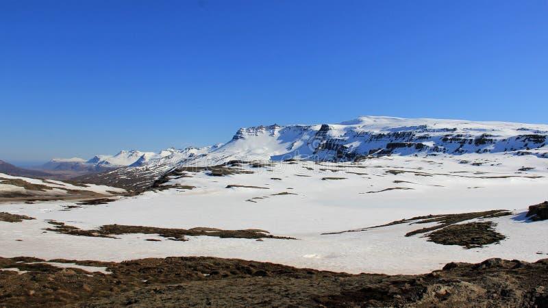 在用雪和冰盖的晴天山的冬天风景 库存图片
