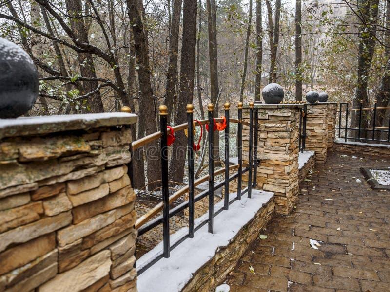 在用雪盖的篱芭格子的婚礼锁 免版税库存图片