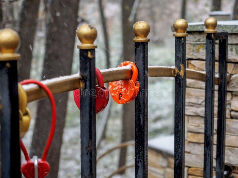 在用雪盖的篱芭格子的婚礼锁 库存图片