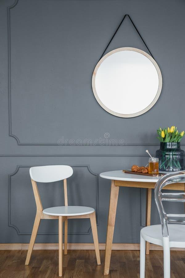 在用餐集合上的圆的镜子 免版税图库摄影