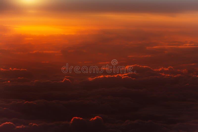 在田园诗天空的厚实的软的云彩 免版税库存照片