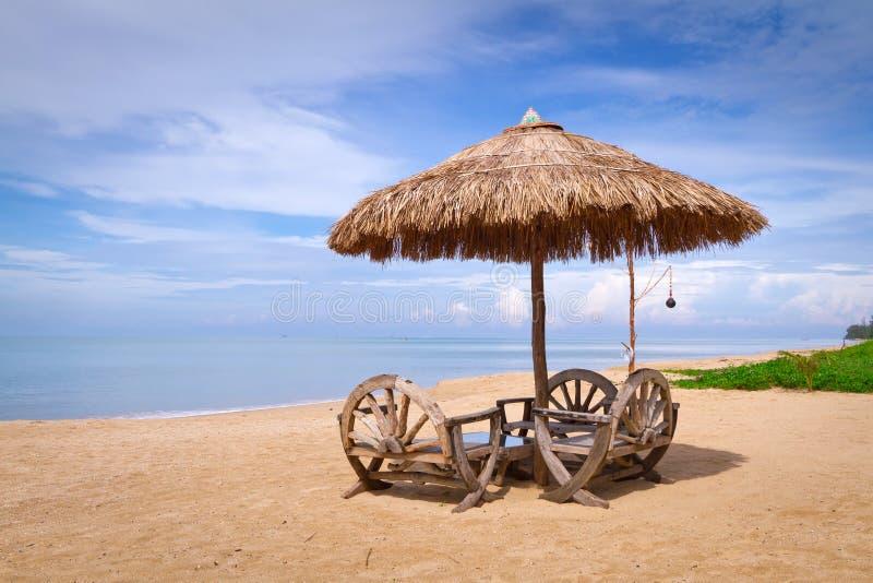 在田园诗海滩的遮阳伞