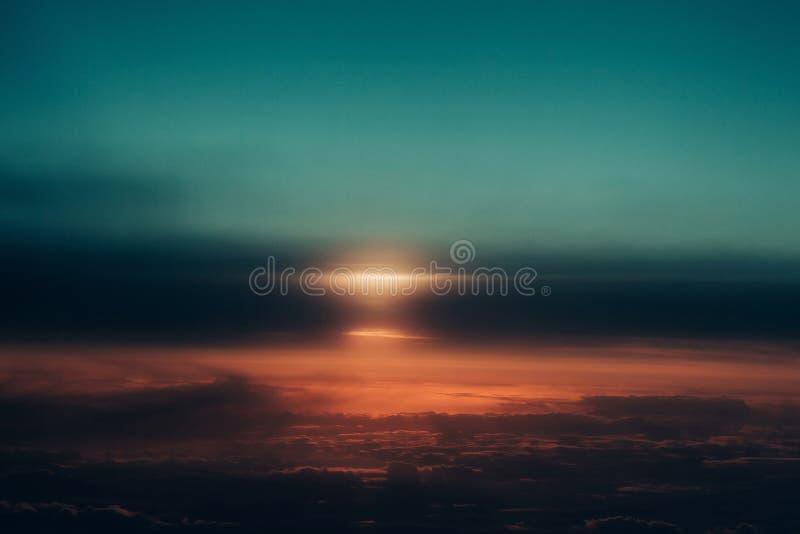 在田园诗深蓝天空的厚实的软的云彩 图库摄影
