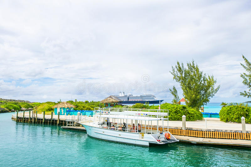 在甲晕岩礁的靠码头的小船在巴哈马 免版税库存照片