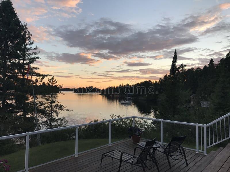 在甲板的日落,伍兹湖, Kenora,安大略,加拿大 图库摄影