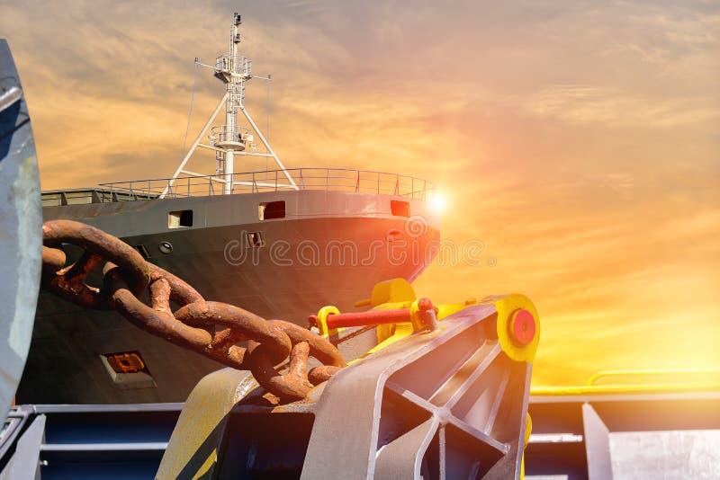 在甲板船前面的链船锚有日落的 向量例证