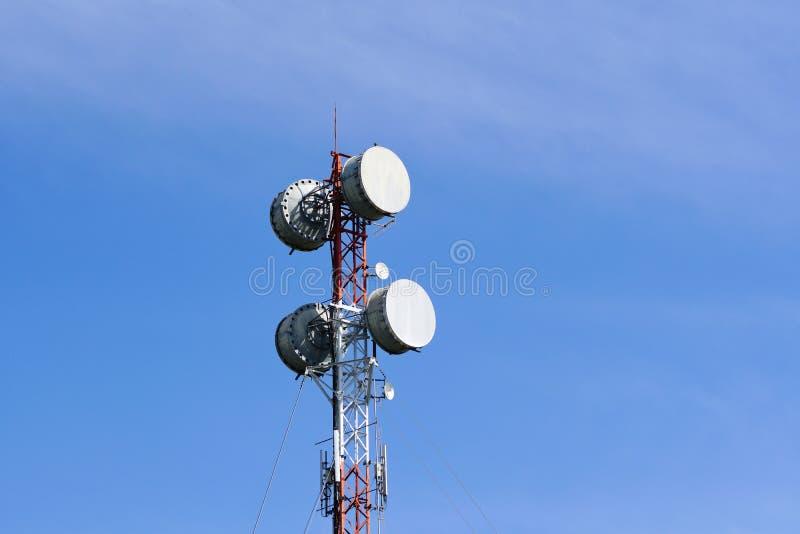 在电信的微波发射机耸立 免版税图库摄影