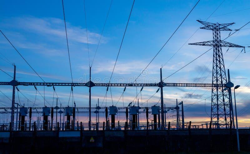 在电发行驻地的高压输电线 免版税库存照片