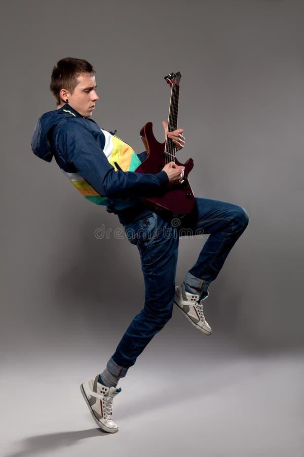在电吉他的新吉他弹奏者作用 库存照片