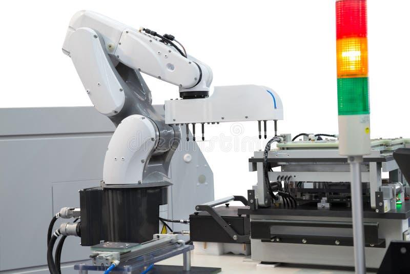 在电子工业的机器人采摘电路板 免版税库存图片