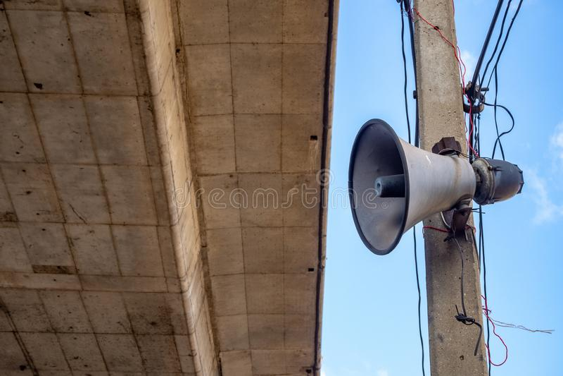 在电子波尔布特的垫铁报告人有水泥桥梁和天空蔚蓝背景 库存照片