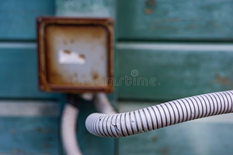 在电子箱子的背景的波纹状的水管 库存照片