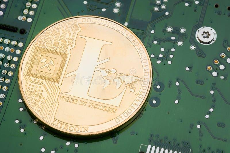 在电子线路主板的金黄金属litecoin 土窖 库存照片