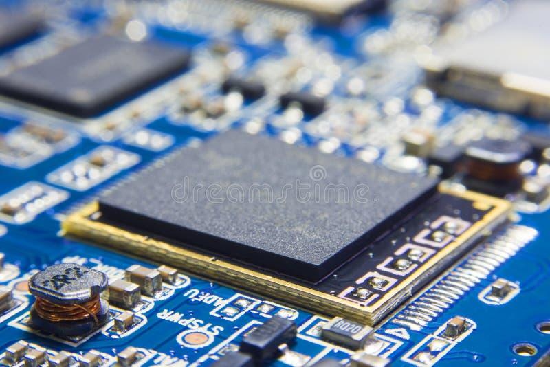 在电子线路板的CPU处理器 与bl的芯片组 免版税库存图片