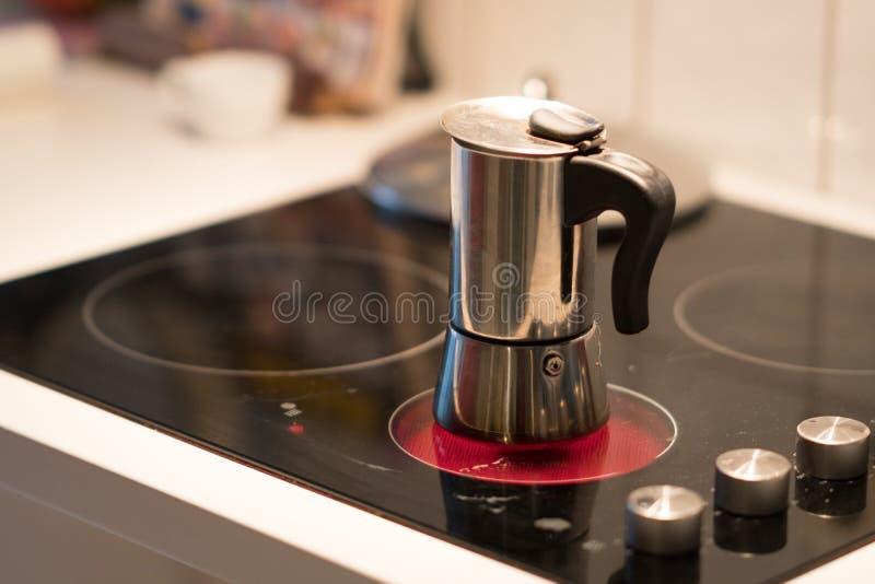 在电火炉的咖啡罐 库存图片