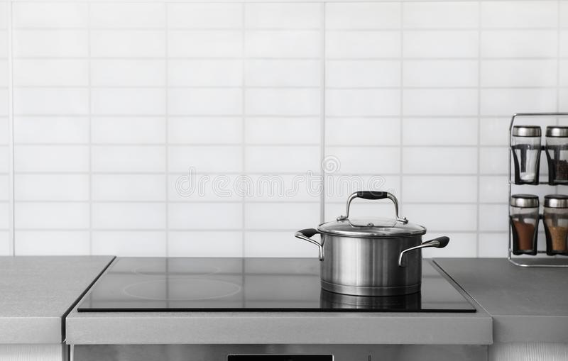 在电火炉的砂锅罐 图库摄影