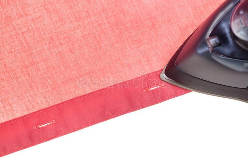 在电烙红色衬衣的黑铁上看法 免版税库存图片