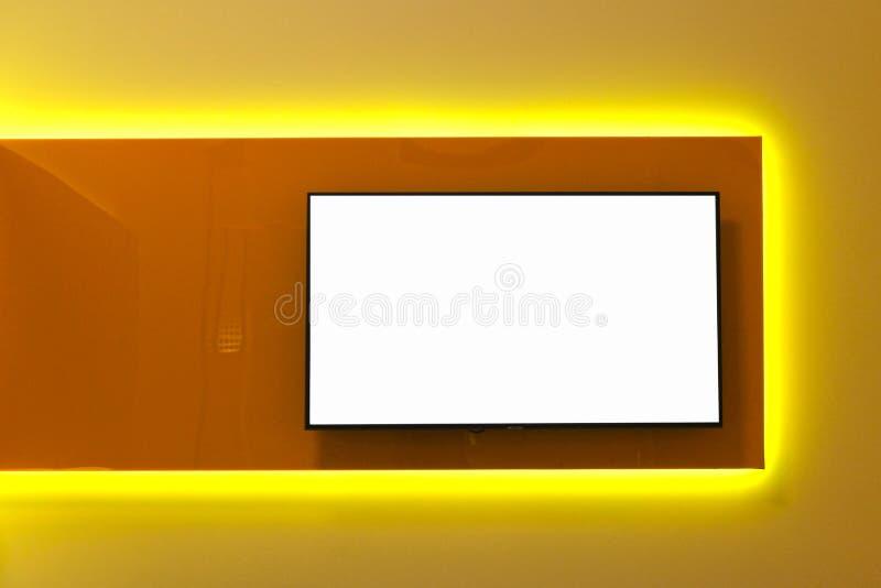在电视屏幕上的白色拷贝空间在墙壁上 一间现代屋子的室内设计仿照简单派样式的和高科技 ?? 免版税图库摄影