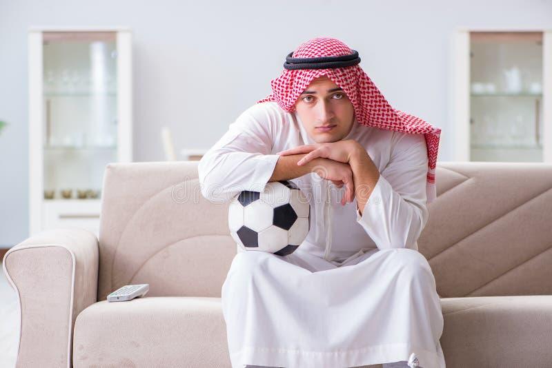在电视的阿拉伯人观看的体育橄榄球 库存图片