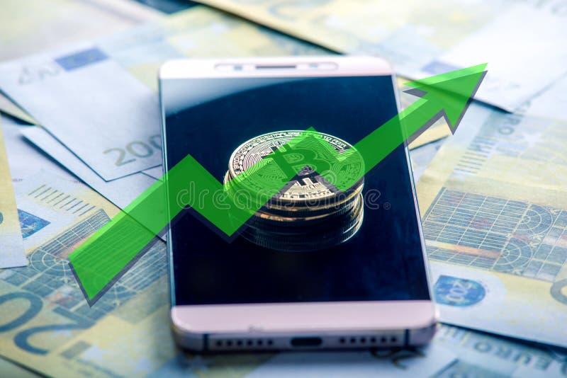 在电话屏幕上的Bitcoin硬币在欧洲钞票的背景 价格成长曲线图的绿色箭头 免版税库存图片