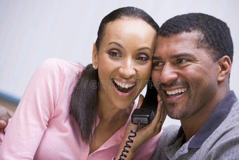 在电话接受的夫妇好消息 免版税库存照片