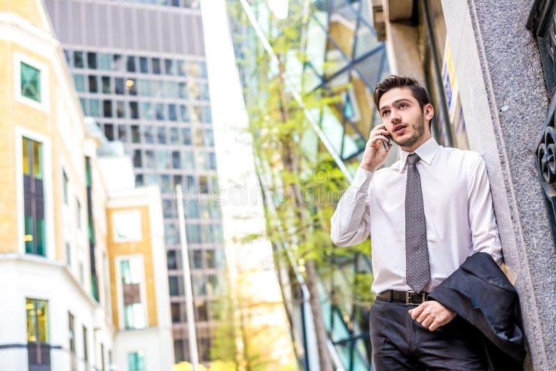 在电话的商人 免版税库存照片