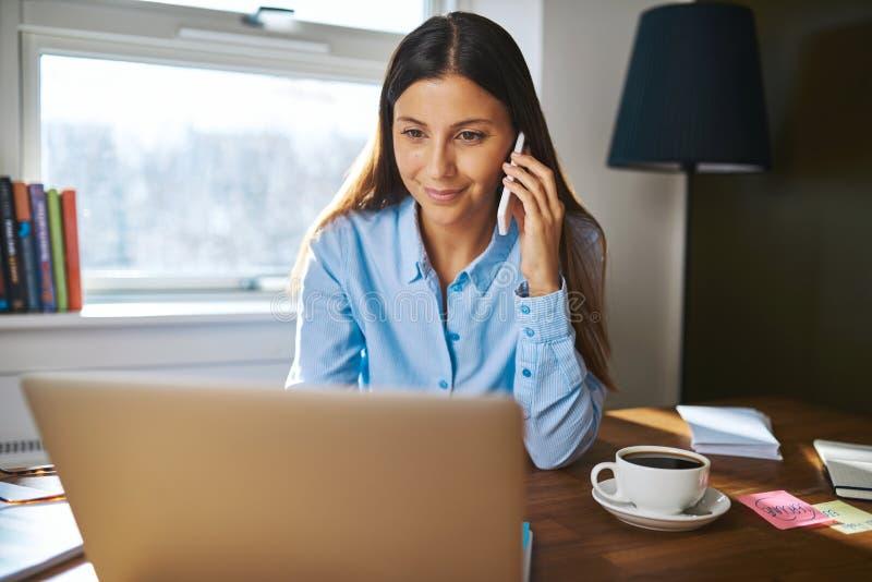 在电话的快乐的年轻成人企业主 免版税图库摄影