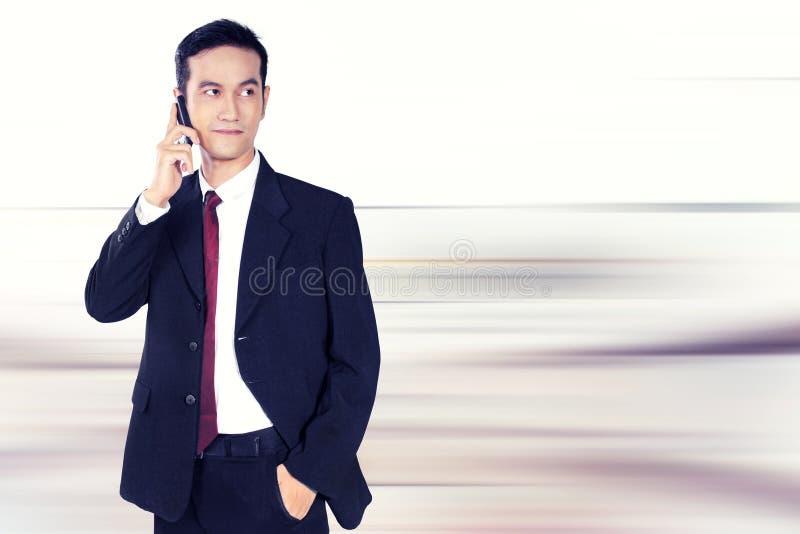 在电话的确信的商人 库存照片