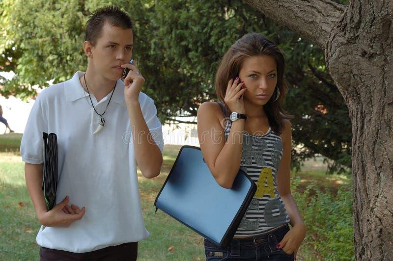 在电话ourdoors的夫妇 免版税图库摄影