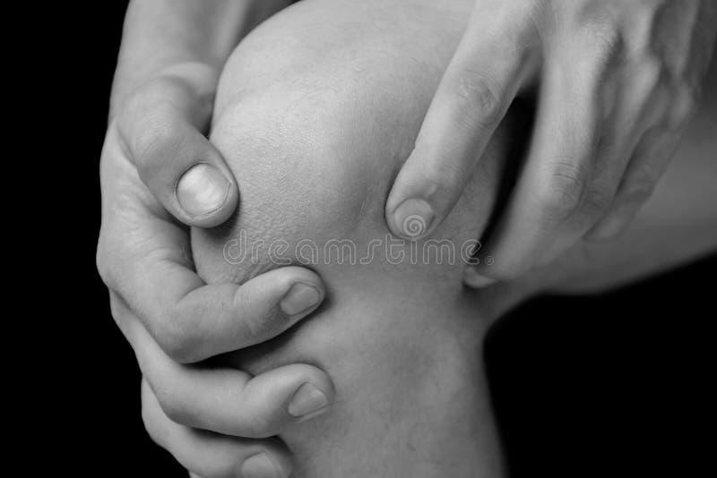 在男性膝盖的痛苦 免版税库存照片