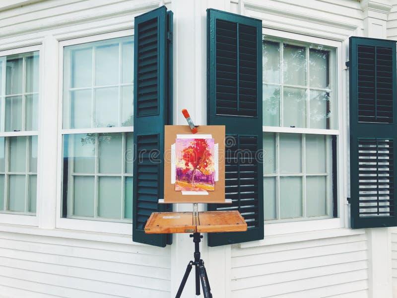 在画架的一张糖槭树水彩绘画 免版税图库摄影
