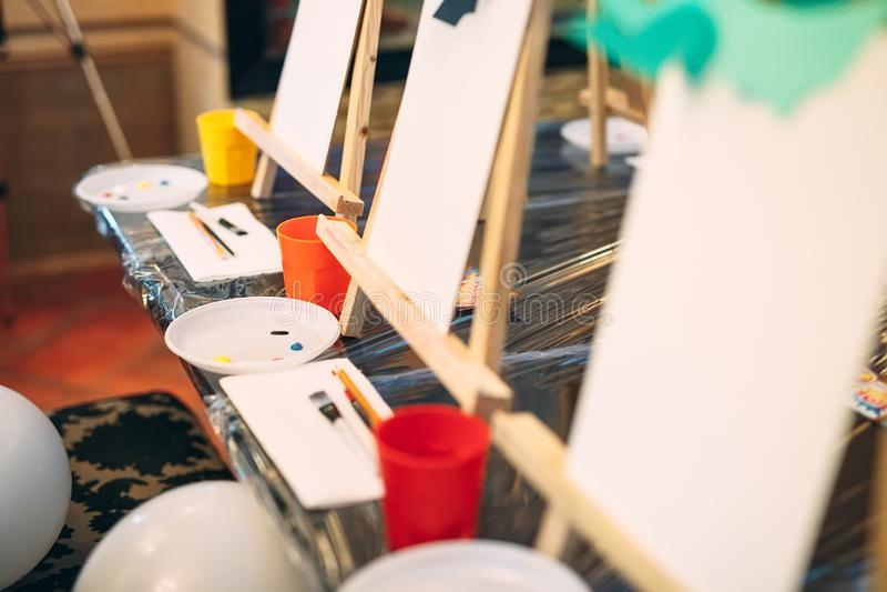 在画的小组教训在艺术学校 库存图片
