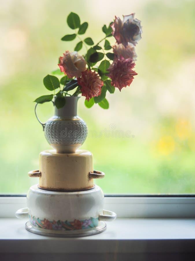 在疯狂的bokeh的玫瑰花蕾在罐的一个花瓶 库存照片