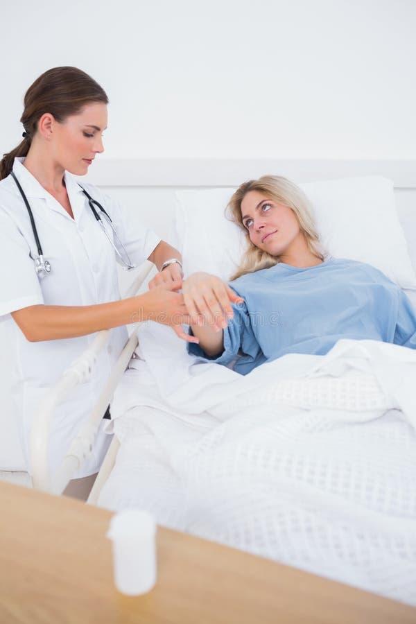 在病床的住医院的妇女 免版税图库摄影