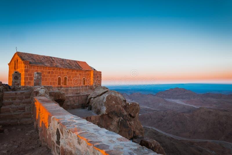 在登上摩西顶部的Chirch在西奈沙漠埃及 免版税库存图片