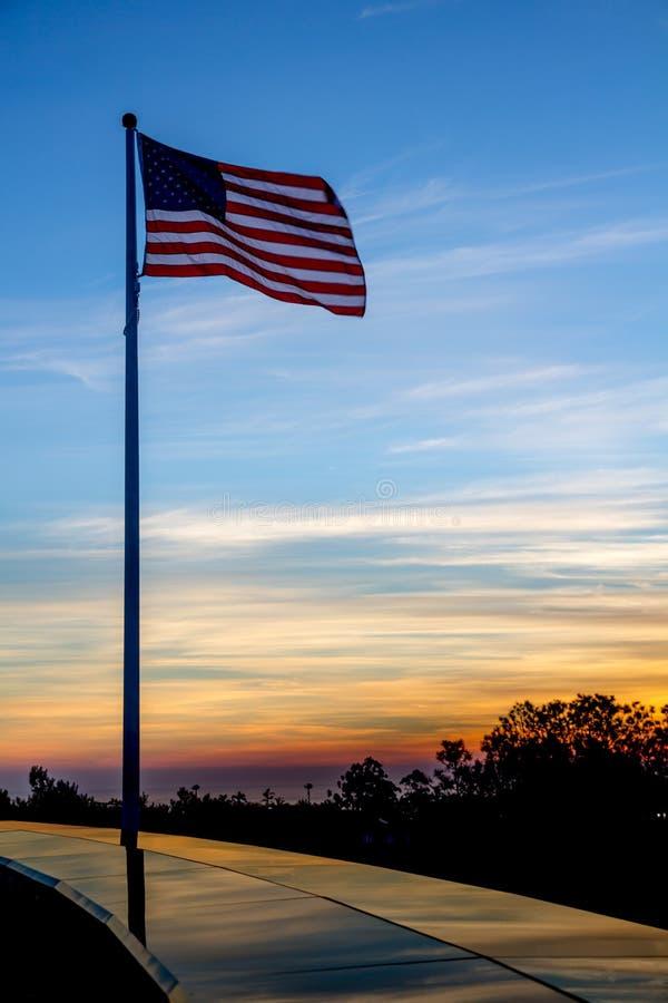 在登上索莱达全国退伍军人的美国旗子纪念在日落 库存照片