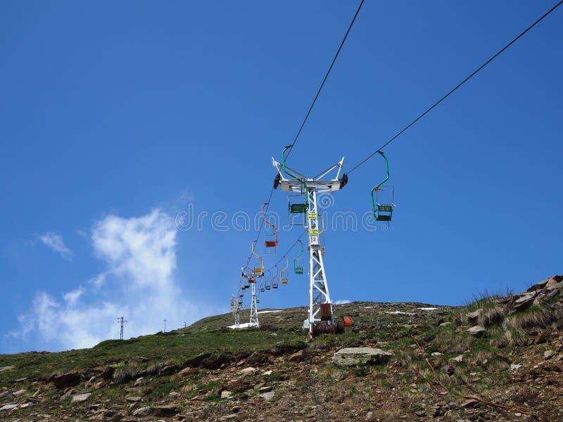 在登上Cheget,高加索山脉的老驾空滑车 免版税库存照片