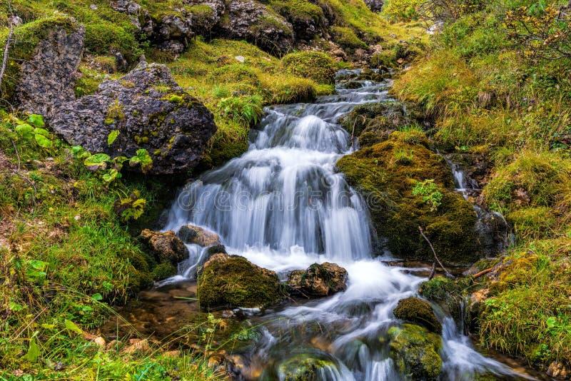在白云岩的美丽的山小河 库存照片