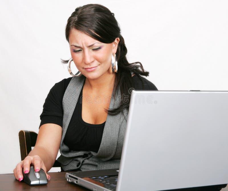 在白人妇女的企业膝上型计算机 库存图片