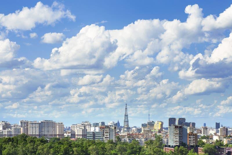 在白天和美丽的多云天空期间的都市风景 图库摄影