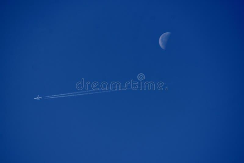 在白天天空的月亮 图库摄影