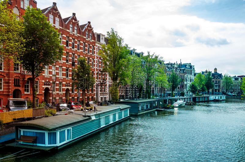 在白天的居住船驳船,阿姆斯特丹运河-荷兰Netherland 免版税库存照片