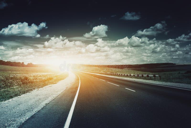 在白天的空的柏油路 美好的横向本质 库存照片