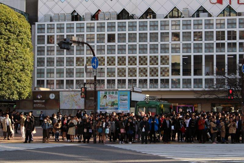 在白天的那臭名远扬的涩谷横穿 拥挤,包装,和 库存图片
