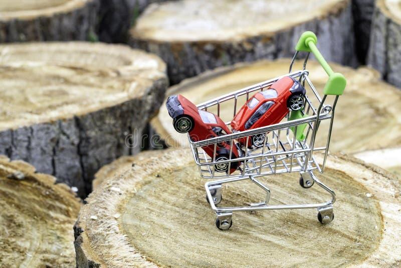在白扬树树桩有两辆汽车,汽车销售的概念是的购物车 库存图片