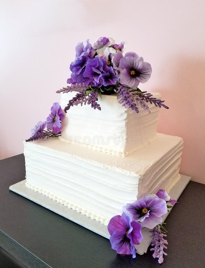 在白方块婚宴喜饼的蝴蝶花 免版税库存图片