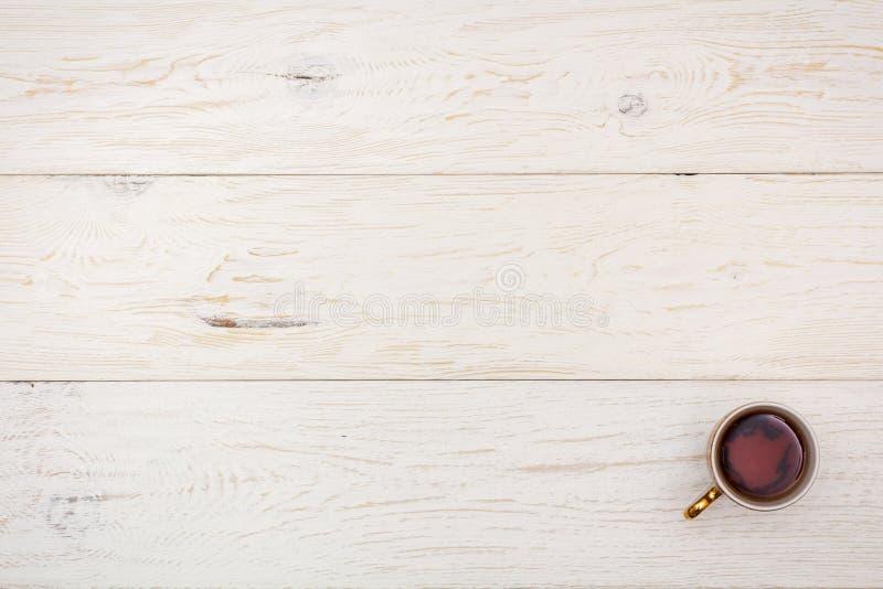 在白板的杯茶 免版税图库摄影