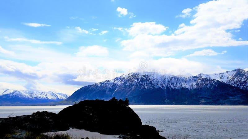 在白海豚Pt的现出轮廓的岩层 阿拉斯加 免版税库存照片